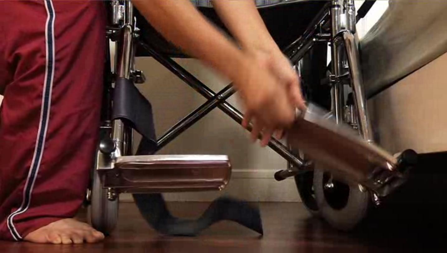 Alihkan tempat letak kaki kerusi roda
