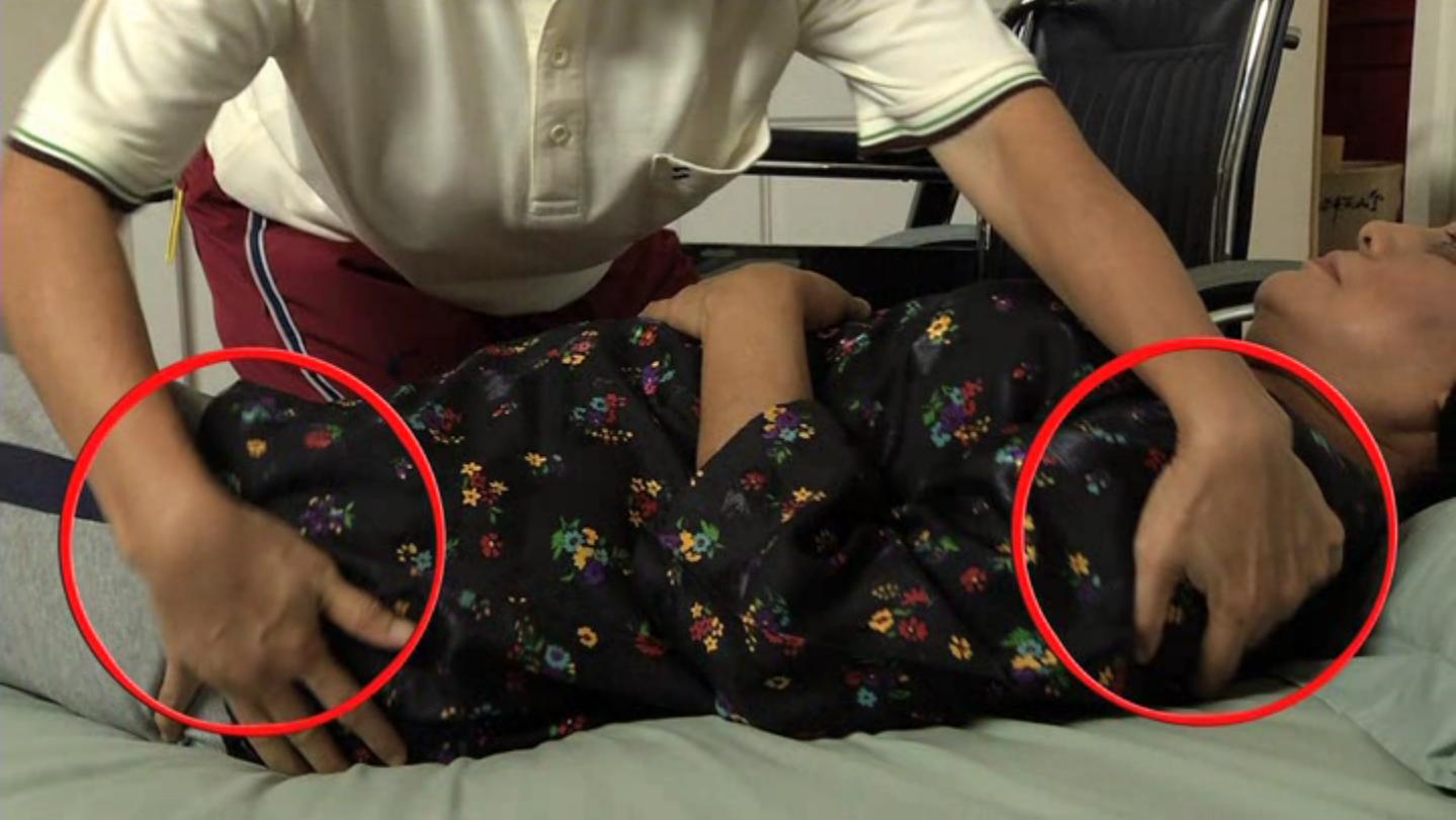 Ampu bahu dan pinggul kiri pesakit dan pusingkan secara serentak ke kanan1