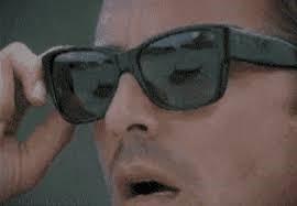 Cermin mata hitam dipakai bagi mengelakkan sinaran matahari
