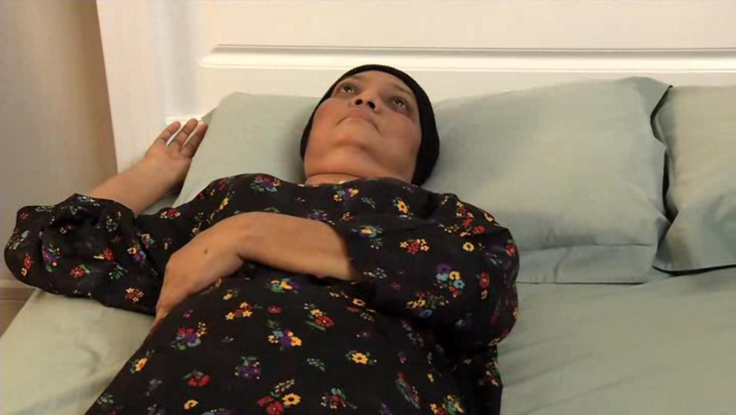Letakkan tangan kiri pesakit di atas perutnya