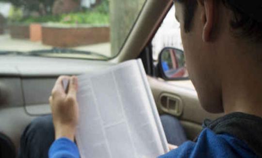 Membaca di dalam kenderaan yang sedang bergerak