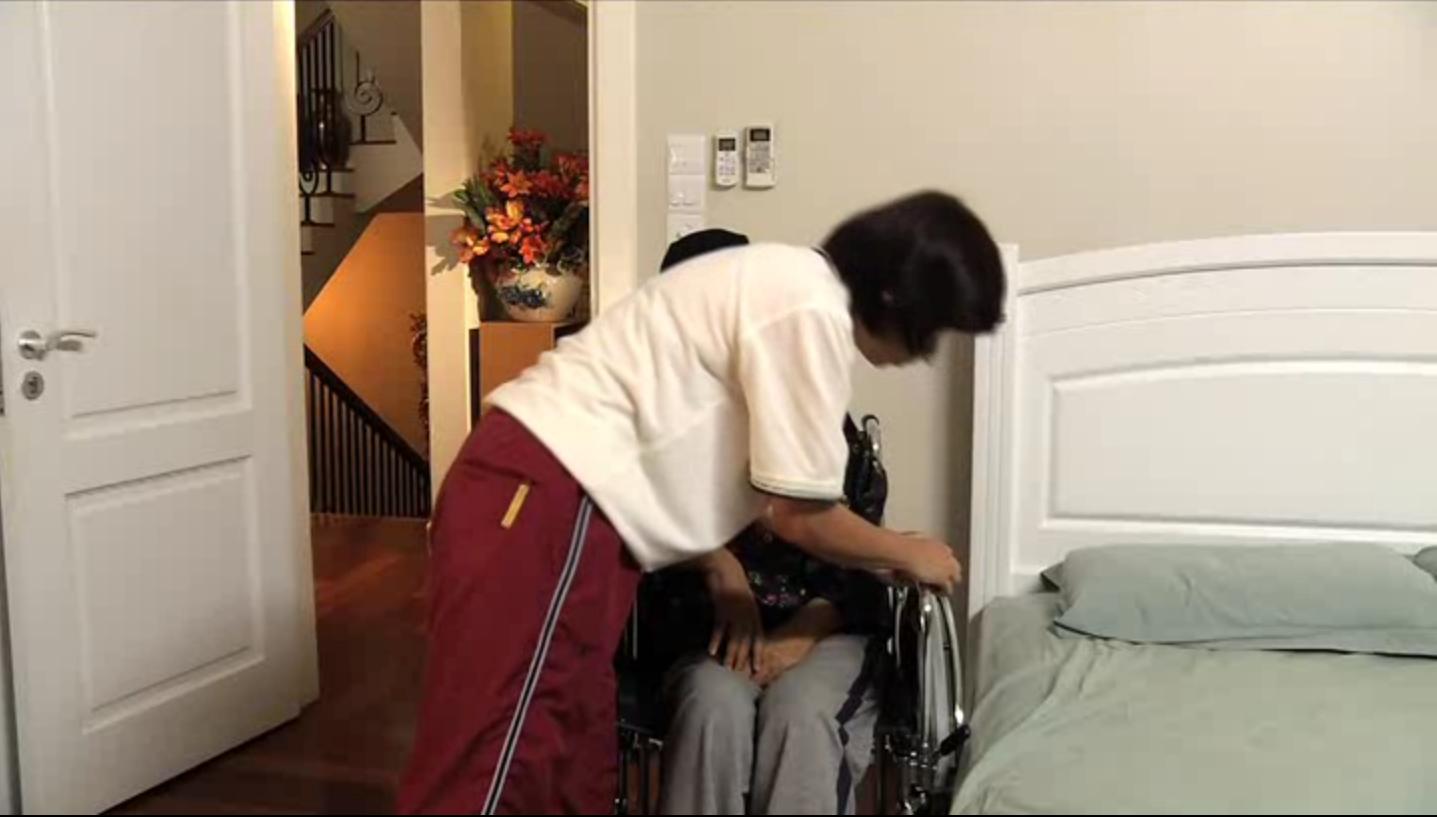 Pasangkan semula tempat letak tangan kerusi roda