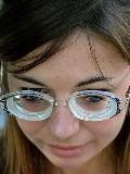 Pesakit memakai cermin mata dengan kanta yang tebal